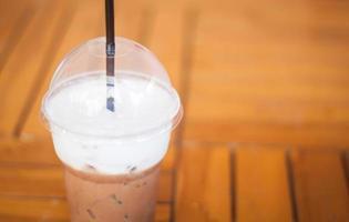 iced mokka op een houten tafel foto