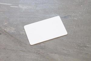 naamkaartje op een grijze achtergrond foto