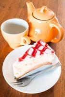 theepauze met een cake van witte chocolade en kersen foto