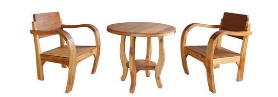 houten stoelen en een tafel