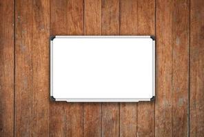 wit bord op een oude houten achtergrond foto