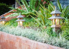 drie houten lampen foto