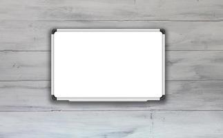 wit bord op een witte houten tafel foto