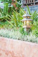 houten lamp in een tuin foto