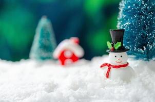 sneeuwpop en een kerstboom foto