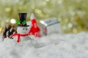 miniatuursneeuwman in sneeuw foto