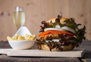 huisgemaakte kipburger met champagne en frietjes