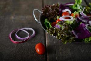 verse groentesalade met rustieke oude houten achtergrond foto