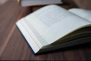 close-up van een geopend boek op een houten tafel