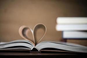 pagina's van een boek vormen de vorm van het hart foto