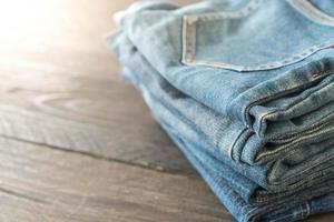 stapel jeans op houten vloer foto