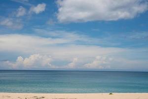 blauwe oceaan en zandstrand achtergrond foto