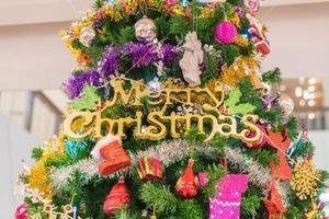 close-up van een kerstboom met versieringen