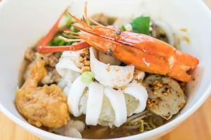 Aziatische noedelsoep met zeevruchten