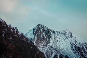 langeafstandsbeeld van een bergketen foto