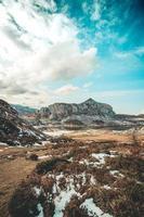 gigantische berg in herfsttinten foto