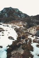 kleine rivier in de enorme bergen foto
