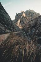 prachtig uitzicht op de enorme rotsachtige berg foto