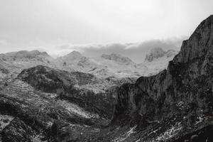 een close-up van een bergketen tijdens de winter foto