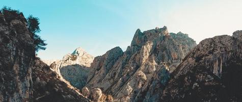 super panoramisch uitzicht op een enorme rotsachtige bergen
