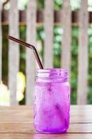 paars glas met een rietje