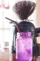 paars glas in een café