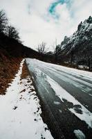 weg op de bergen bedekt met sneeuw