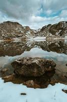 close up van een rots in een bevroren meer
