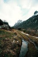 wandelpad midden in de bergen