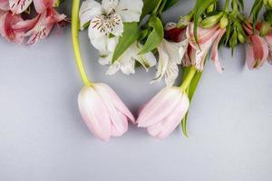 bovenaanzicht van witte en roze bloemen
