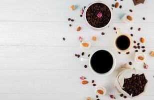 bovenaanzicht van koffiebonen en kopjes met kopie ruimte foto