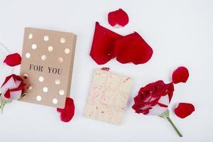 Valentijnsdag geschenken op een houten tafel