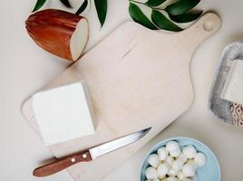 bovenaanzicht van een snijplank met een mes en kaas op een rustieke achtergrond