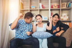 groep vrienden die samen een lied zingen in hun woonkamer