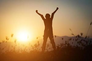 silhouet van een vrouw die bidt over een mooie hemelachtergrond