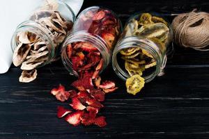 close-up van potten met plakjes gedroogd fruit