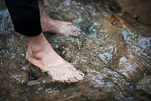 voeten worden afgekoeld door rivierwater