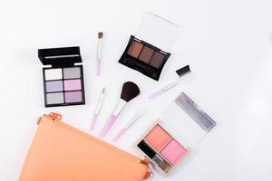 bovenaanzicht van een make-up tas met schoonheidsproducten