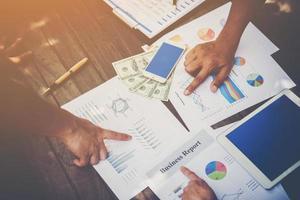 groep bedrijfsmensen analyseren grafieken tijdens vergadering foto