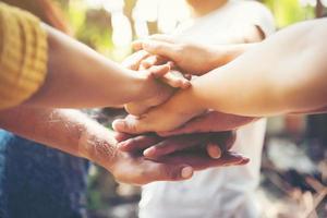close-up van jonge mensen die hun handen in elkaar zetten