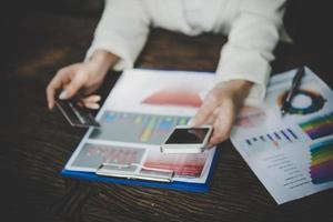 vrouw met behulp van creditcard en slimme telefoon voor online winkelen foto