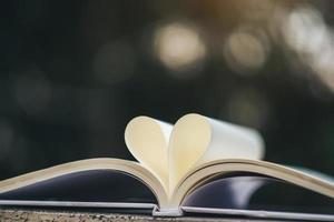open boek met hartvorm
