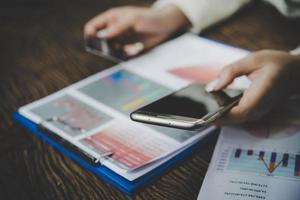 vrouw met behulp van creditcard en slimme telefoon voor online winkelen