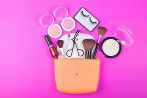 cosmetische schoonheidsproducten op roze achtergrond foto