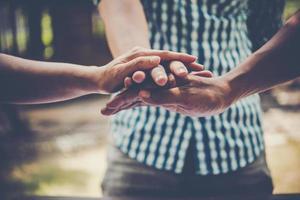 zakenmensen die handen samenbrengen om teamwerk te vertegenwoordigen
