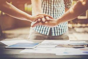 zaken die handen samenbrengen om teamwerk te vertegenwoordigen