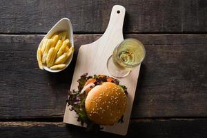 huisgemaakte kipburger met champagne en frietjes foto