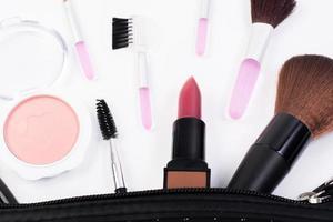 bovenaanzicht van een make-up tas met schoonheidsproducten foto