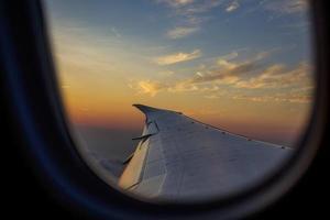 vliegtuigvleugel door een raam foto