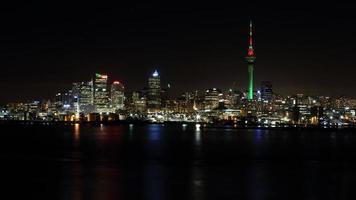 hoge gebouwen tijdens de nacht